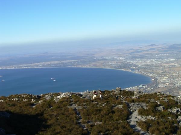 вид на Кейптаун, раскинувшийся вдоль подковообразной бухты