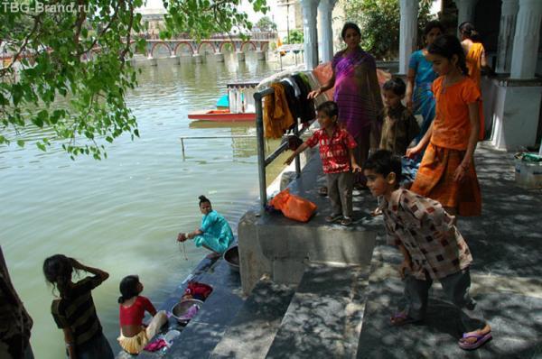 Берег озера в Удайпуре. Озеро принадлежит Махарадже, который запретил стирать в нем одежды всем кроме местных жителей...