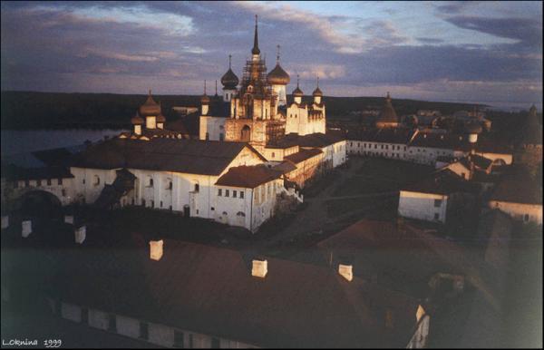 вид на монастырь с башни Карожная