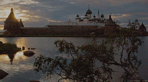 Вечерняя молитва. Взгляд на монастырь со стороны Святого озера