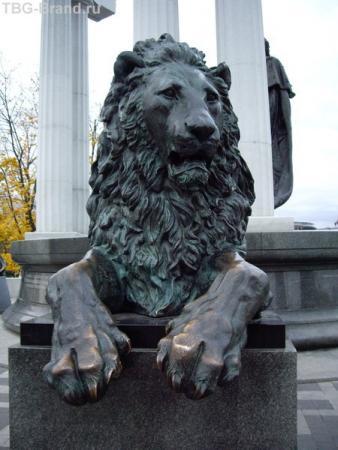 Бегемот в бронзе за спиной Воланда. А что? Скульптор имеет право на свою трактовку образа!