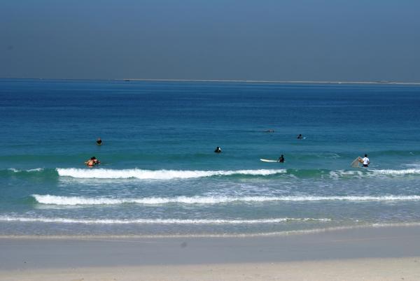 серферы на пляже у Бурж аль араб