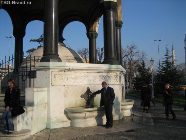 рядом с Голубой мечетью.
