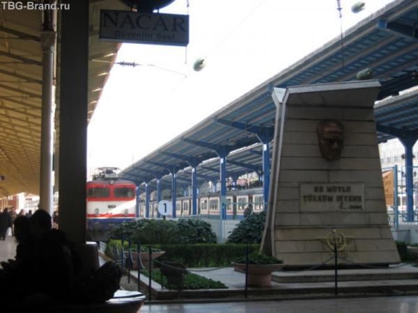 барельеф Ататюрка на вокзале