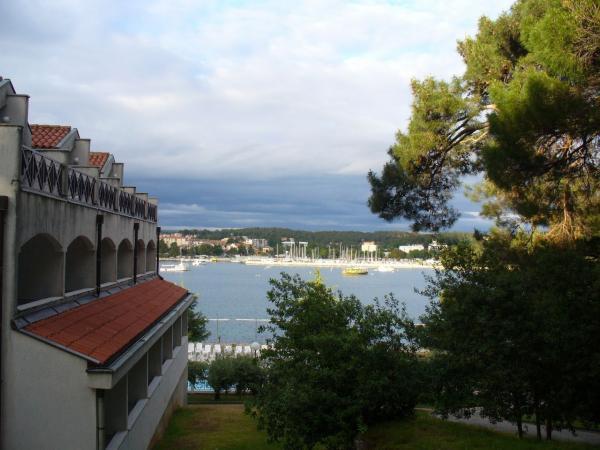 3. Боковой фасад отеля и вид на Пореч.