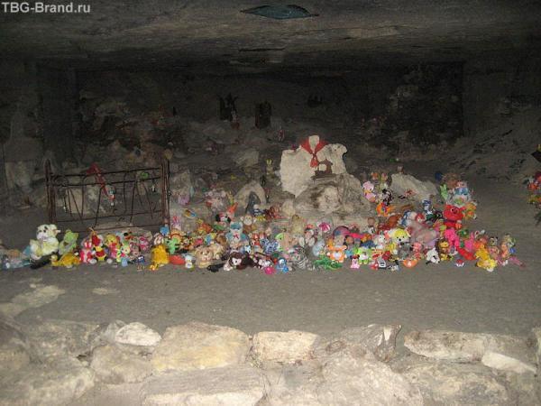 Комната в каменоломнях посвященная погибшим здесь детям