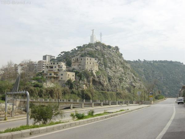 на верху холма памятник