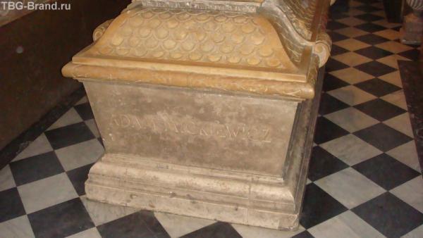Гробница великова поэта Адама Мицкевича тоже находиться в Вавеле