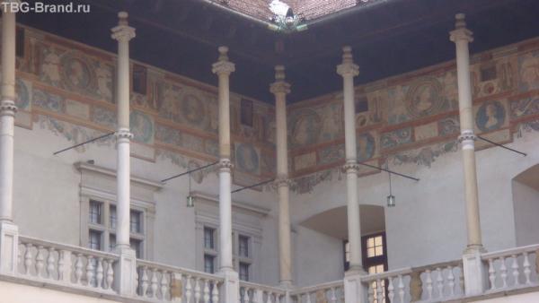 Королевские двор с гравюрами
