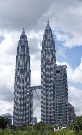 Небоскребы №2 и №3 в мировом рейтинге - это башни-близнецы Петронас,  символ Малайзии, малайзийские близнецы.