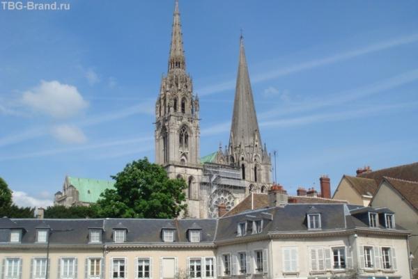 Собор Шартра над всеми крышами города
