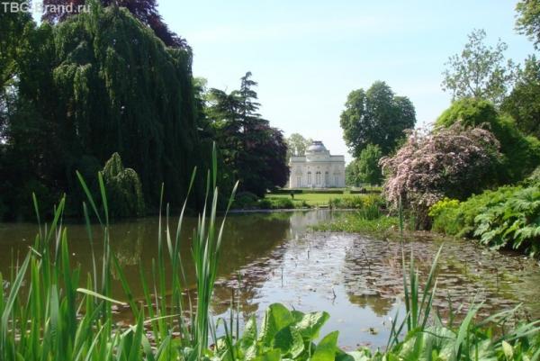И пруд, и дворец, и зелень