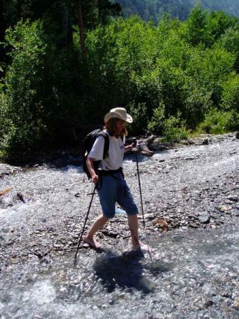 Переход через ооочень холодный горный ручей