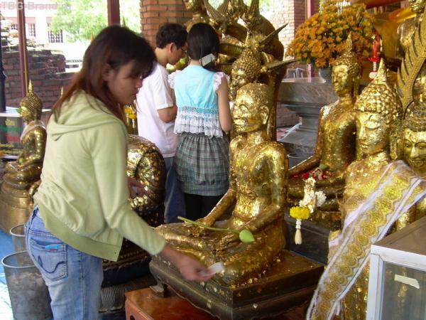 Исцеления от болезней тайцы просят у Будды.У каждого своя фигурка Будды- покровителя - соответствующая тому дню недели, в который родился человек