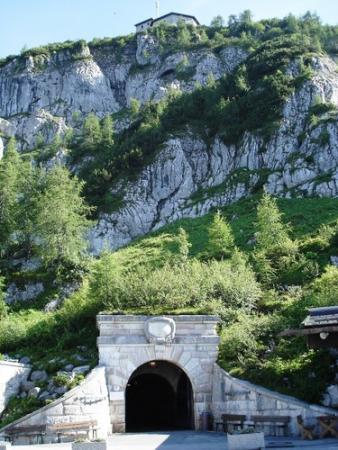 Вход в туннель к лифту на Орлиное гнездо