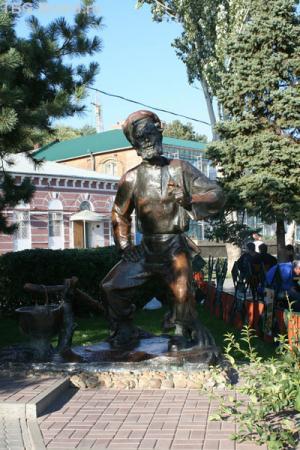 Памятник деду Щукарю на набережной