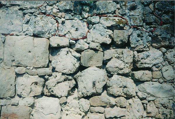 Крепостная стена(до красной линии древняя, после -более поздняя)