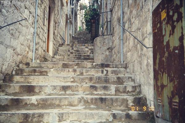 Вот так улицы уходят вверх к крепостной стене