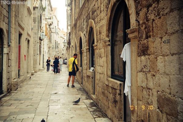 Улица с лавочками