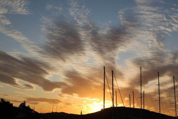 закат на острове Иос - внизу мачты