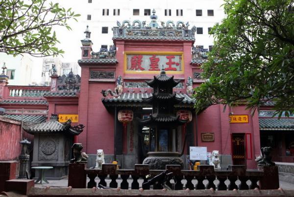 Пагода Нефритового Императора - это единственная пагода, у которой я запомнила название, так как мы ее очень долго искали сами