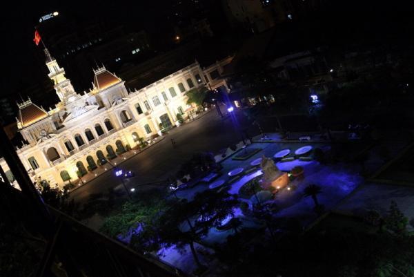 вид на ратушу Сайгона с крыши отеля Рекс