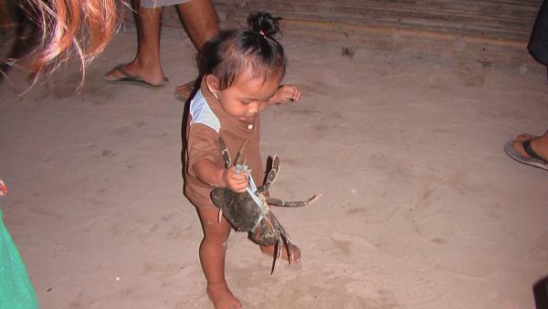 Отважный маленький филлипинец- За деньги хоть скорпиона могу