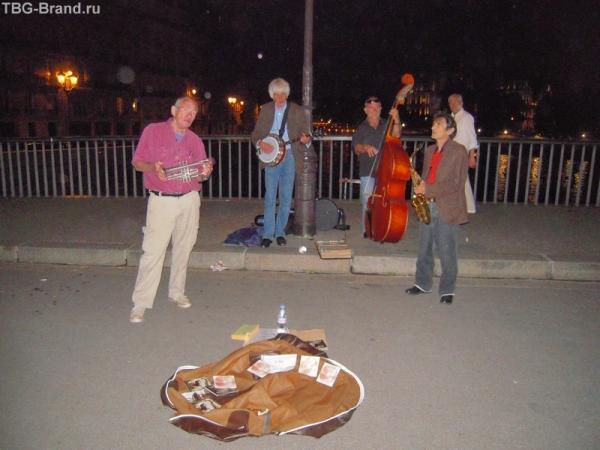Уличные музыканты (американцы) исполняли песни Луи Армстронга