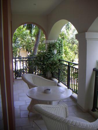 Балкон на вилле выходит в сад