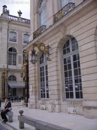 элемент здания, а за углом видно очередную арку
