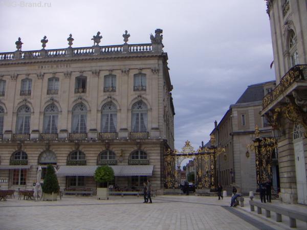 все здания на площади соединяются арками