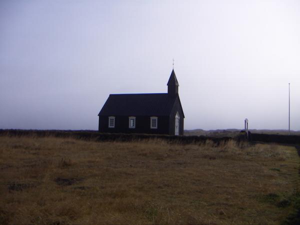 А вот и знаменитая черная церковь