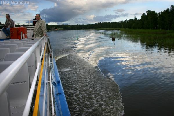 По каналам между островов