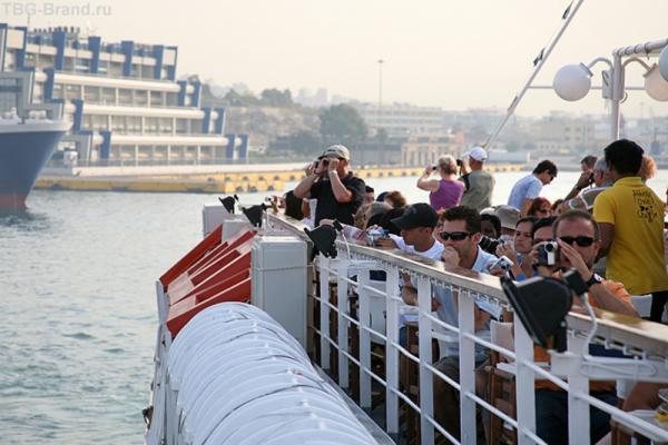 Параход отчаливает от порта Пирей.