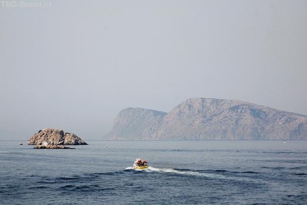 Можно и на моторке отправиться осматривать остров.