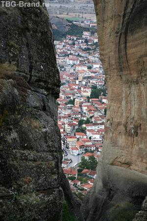 Сквозь скалы - город Калабака.