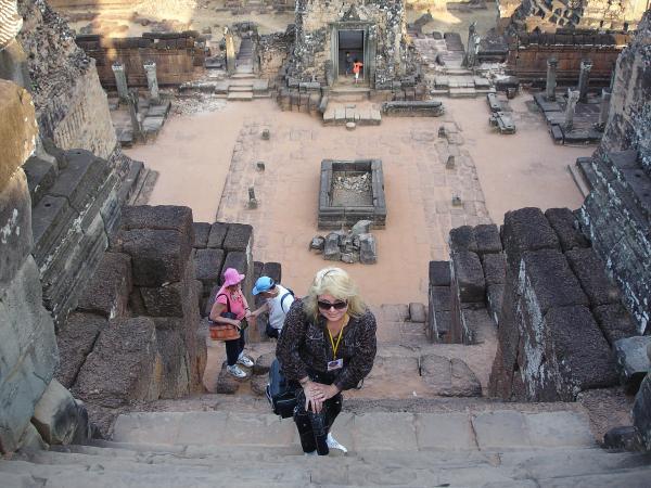 На ступенях храма
