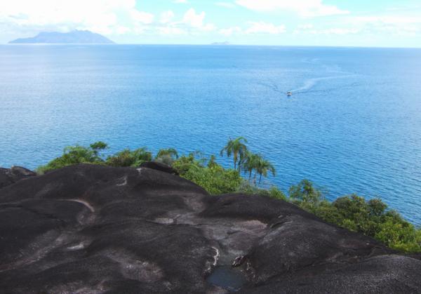Побережье Маэ, вулканические породы