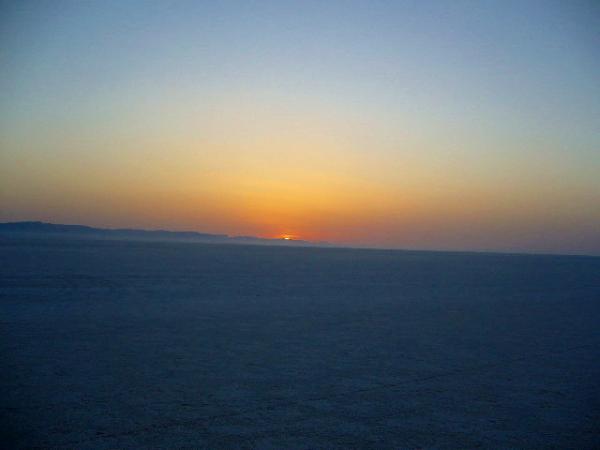 Рассвет над соляным озером