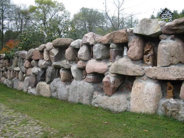 стена с нишами, в кот. собраны различные скульптуры Христа