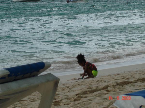 маленькая девочка на берегу большого океана