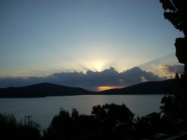 Вид из номера, рассвет, солнце встаёт над Kolokitha island