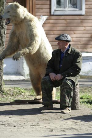 Рассердился он на мужика, и с тех пор у медведя с мужиком вражда пошла (с) Мужик и медведь