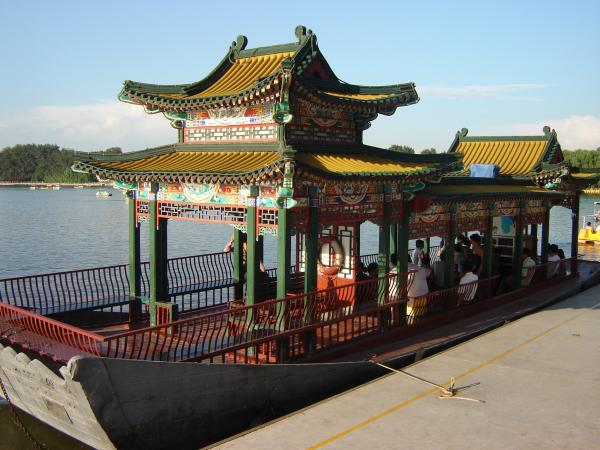 лодка через озеро Белой Пагоды