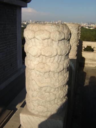 столбы перил вокруг Белой Пагоды