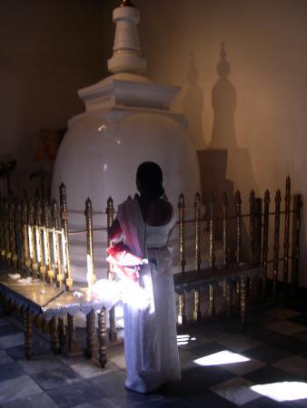 Священная ступа, в которой хранится золото, но ее никогда не откроют и не воспользуются бренным металлом...