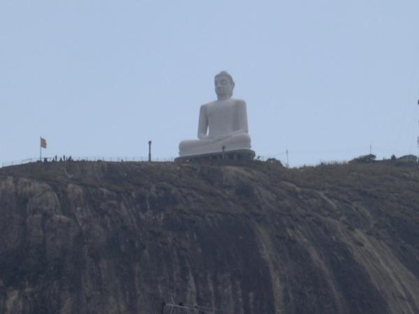 Такие статуи расставлены по всей стране!