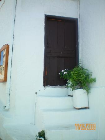 Входная дверь. И ведь там живут люди. Как в сказке