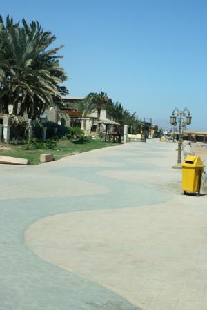 многолюдная набережная Дахаба (ветер жуткий)