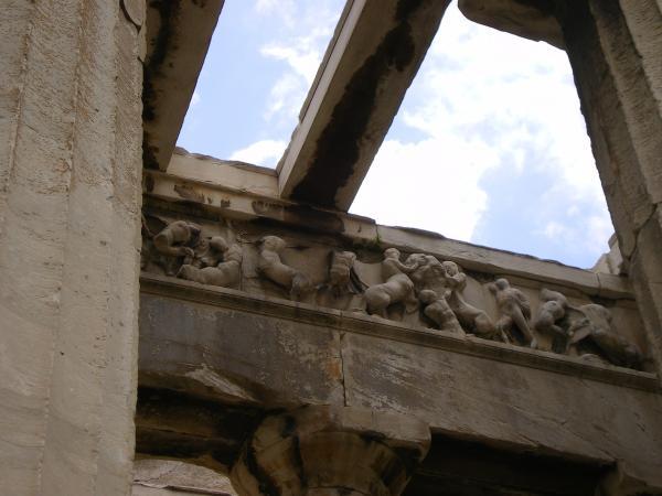 Остатки барельефов в храме Гефеста